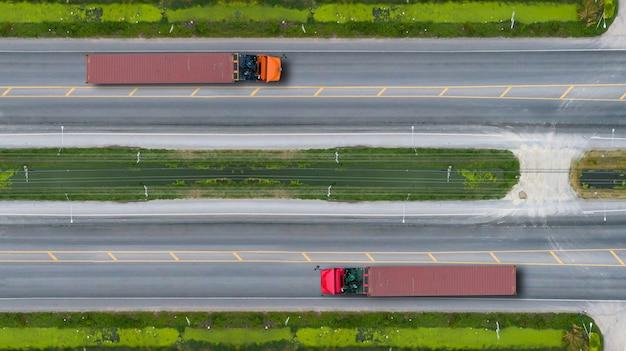 Vista aérea de topo de caminhões na estrada e rodovia Foto Premium