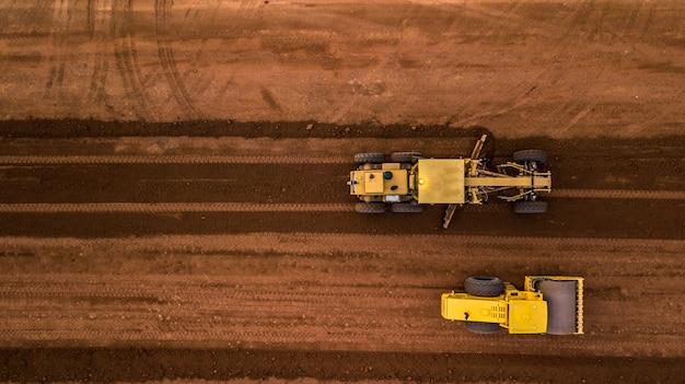 Vista aérea de topo tractor e terraplanagem no trabalho Foto Premium