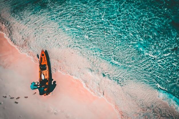 Vista aérea, de, turistas, paddle, caiaque, em, ilha pedra, ou, nga, khin, nyo, gyee, ilha, myanmar Foto Premium