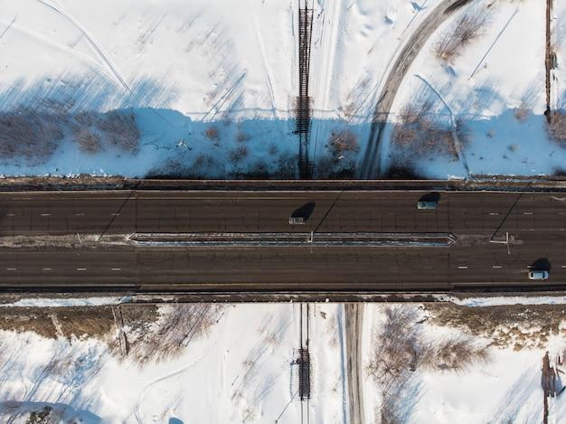 Vista aérea, de, um, estrada, em, paisagem inverno Foto Premium