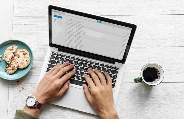 Vista aérea, de, um, homem, usando computador, laptop, ligado, tabela madeira Foto gratuita