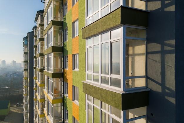 Vista aérea de um prédio residencial alto com muitas janelas e varandas. Foto Premium
