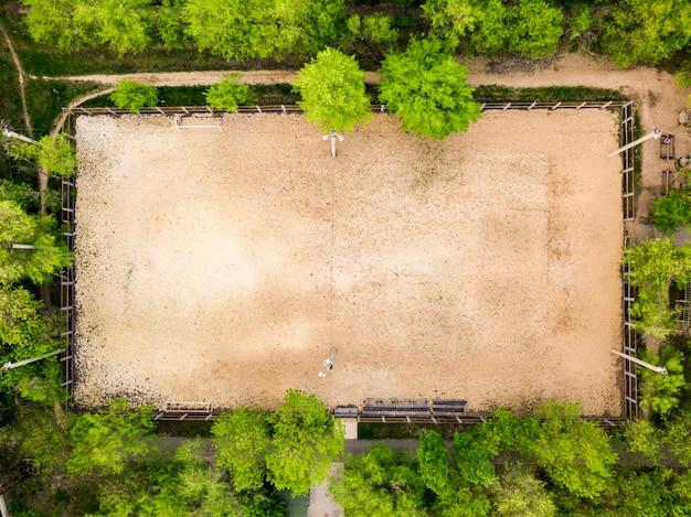 Vista aérea de uma quadra de esporte de praia para vôlei e futebol entre as árvores Foto Premium