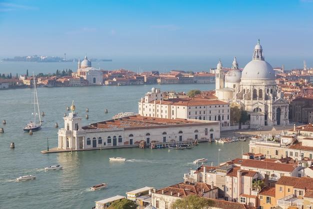 Vista aérea de veneza, santa maria della salute com guidecca durante o dia de verão do início da manhã. Foto Premium