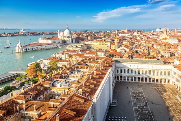 Vista aérea de veneza, santa maria della salute e piazza san marco durante Foto Premium