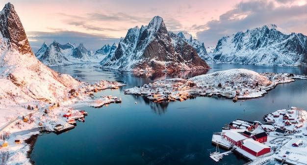 Vista aérea, de, vila pescando, em, cercado, montanha, ligado, inverno, estação Foto Premium