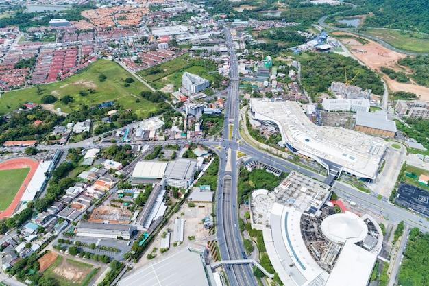 Vista aérea de zangões de cima para baixo da junção de estrada, tráfego automóvel de muitos carros Foto Premium