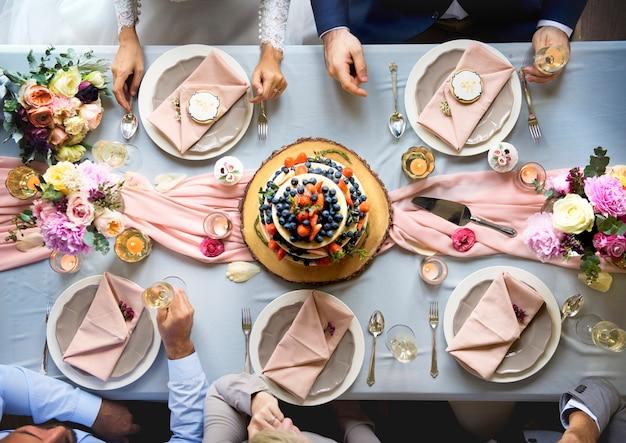 Vista aérea do bolo de casamento frutado na mesa de recepção de casamento Foto Premium