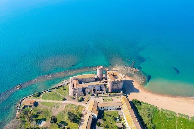 Vista aérea do castelo de santa severa, ao norte de roma, itália. Foto Premium
