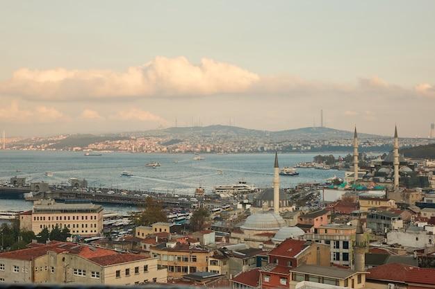 Vista aérea do chifre dourado e a ponte do galata dos telhados das casas e a torre da mesquita. istambul, turquia Foto Premium