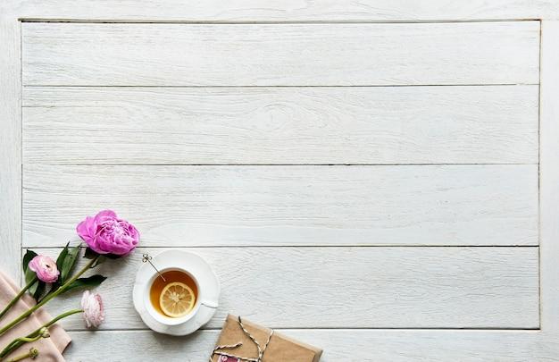 Vista aérea do conceito de pausa e relaxamento de bebida de chá quente com espaço de cópia Foto gratuita