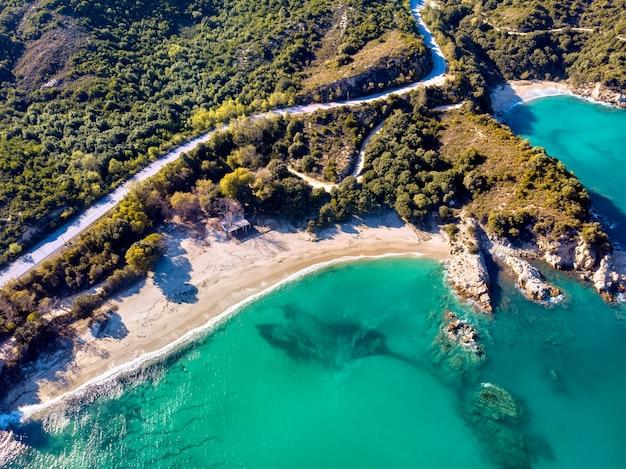 Vista aérea do drone da antiga cidade de stageira em halkidiki, grécia Foto gratuita