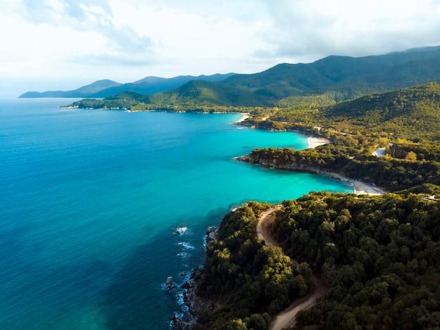 Vista aérea do drone do mar azul e das estradas ventosas da montanha em halkidiki, grécia Foto Premium