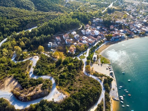 Vista aérea do drone do mar azul e das estradas ventosas da montanha em halkidiki, grécia Foto gratuita