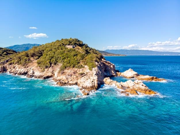 Vista aérea do drone do mar e das rochas em olympiada halkidiki, grécia Foto gratuita