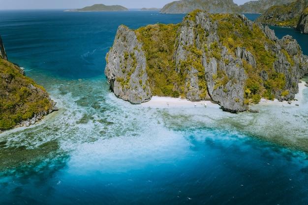 Vista aérea do mar tropical pilha de rochas da ilha exótica, el nido, palawan, filipinas. Foto Premium