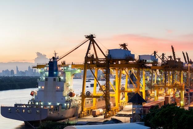 Vista aérea do porto de contêiner de carga de bangkok em uso de noite para logística, importação, exportação de fundo Foto Premium