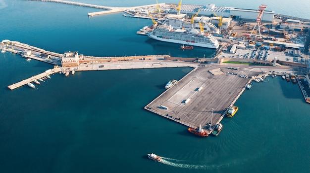 Vista aérea do porto de importação e exportação e logística, grande porto de ancona, itália Foto Premium