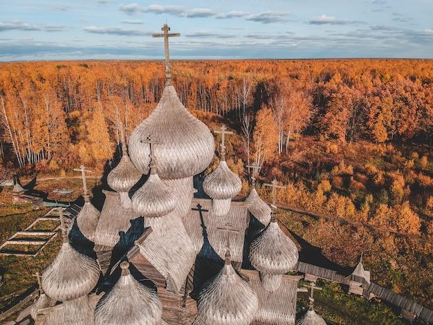 Vista aérea do teólogo de madeira velho do solar da igreja na floresta do outono. rússia, são petersburgo. Foto Premium
