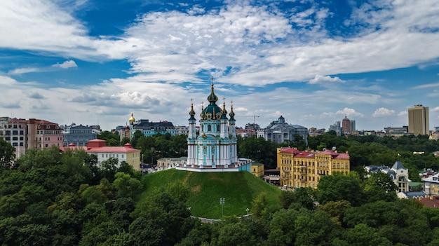 Vista aérea do zangão da igreja de saint andrew e da rua andreevska de cima, paisagem urbana do distrito de podol, cidade de kiev (kiev), ucrânia Foto Premium