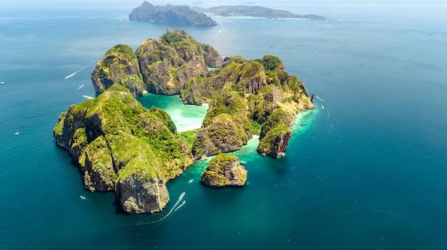 Vista aérea do zangão da ilha tropical de ko phi phi, praias e barcos na água do mar azul clara de andaman de cima, belas ilhas do arquipélago de krabi, tailândia Foto Premium