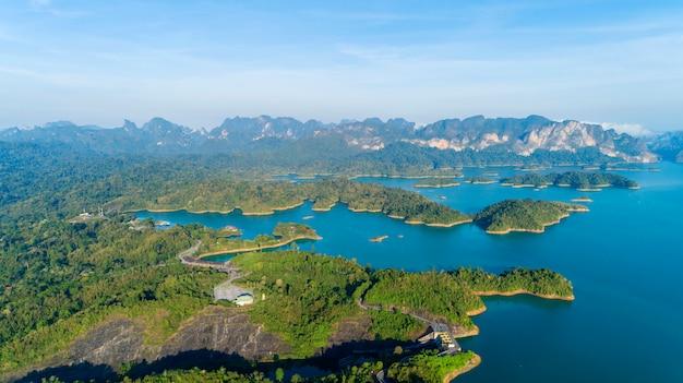 Vista aérea, drone, tiro, de, paisagem, montanha, floresta tropical, em, tailandia Foto Premium