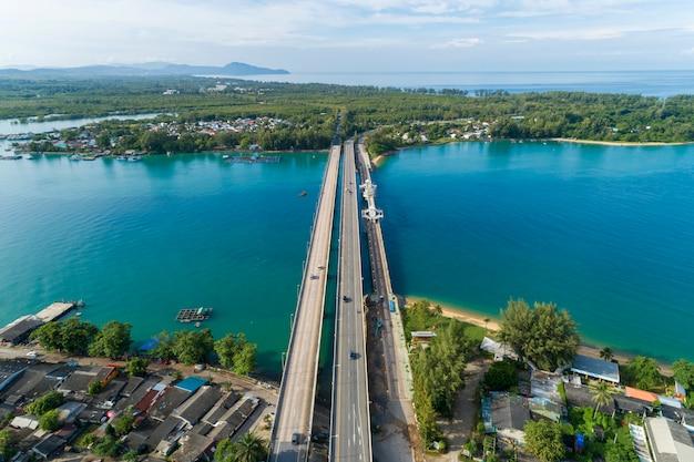 Vista aérea drone tiro de ponte com carros no conceito de fundo de transporte de imagem de estrada de ponte Foto Premium
