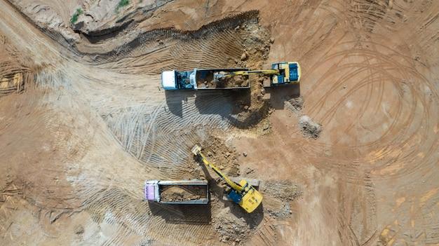 Vista aérea escavadeiras e caminhões trabalhando no canteiro de obras Foto Premium