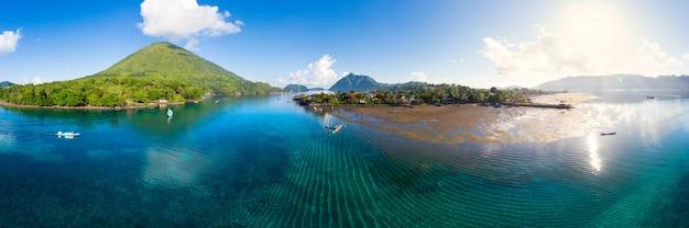 Vista aérea ilhas molucas indonésia, pulau gunung api Foto Premium