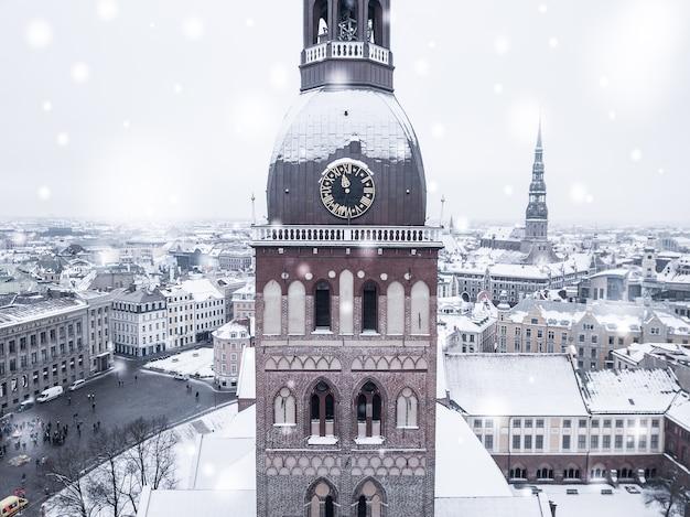 Vista aérea incrível da cidade velha de riga durante uma forte nevasca Foto gratuita