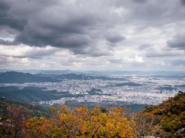 Vista aérea na cidade de seul da montanha mais alta Foto Premium