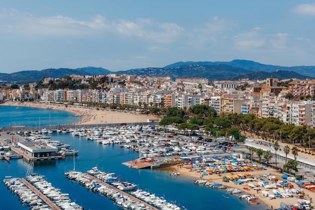 Vista aérea panorâmica de blanes na costa brava em um lindo dia de verão, espanha Foto Premium