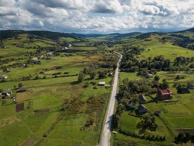 Vista aérea, para, estrada, com, moutains, capturado, de cima Foto Premium