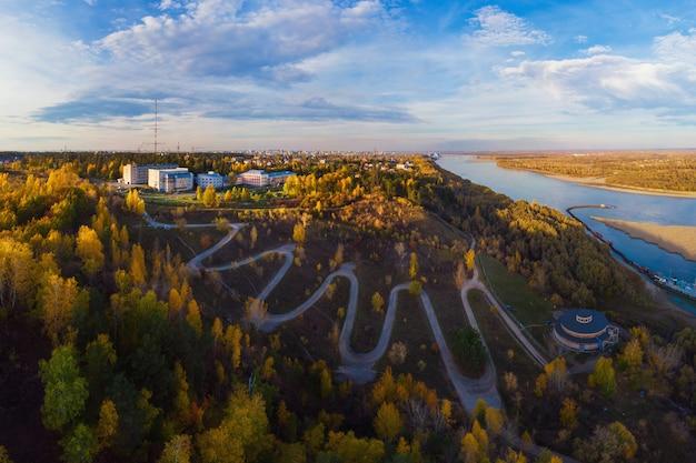 Vista aérea superior da estrada sinuosa na cidade Foto Premium