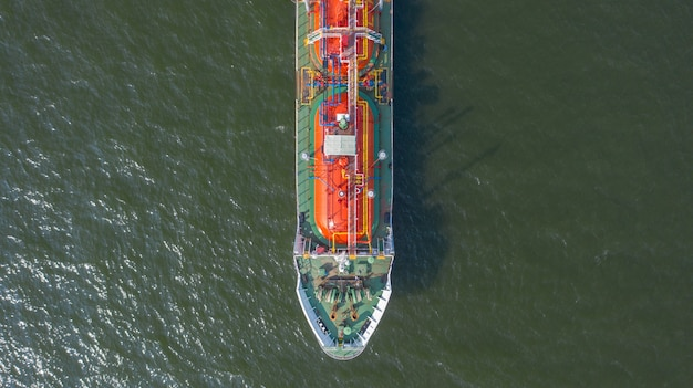 Vista aérea superior do navio que transporta o navio-tanque de glp no porto marítimo Foto Premium