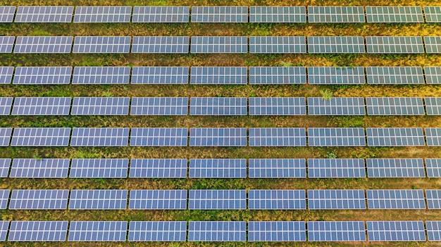 Vista aérea superior dos painéis solares Foto Premium