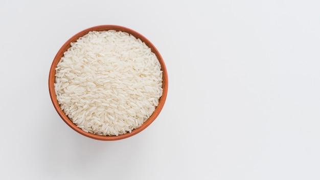 Vista alta ângulo, de, arroz branco, em, tigela, isolado, branco, fundo Foto Premium
