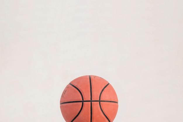 Vista alta ângulo, de, basquetebol, branco, fundo Foto gratuita