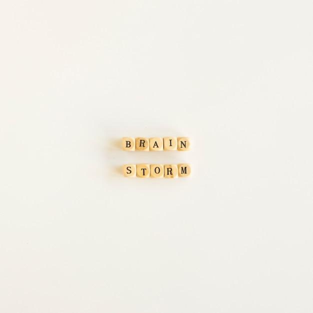 Vista alta ângulo, de, brainstorm, blocos, branco, fundo Foto gratuita