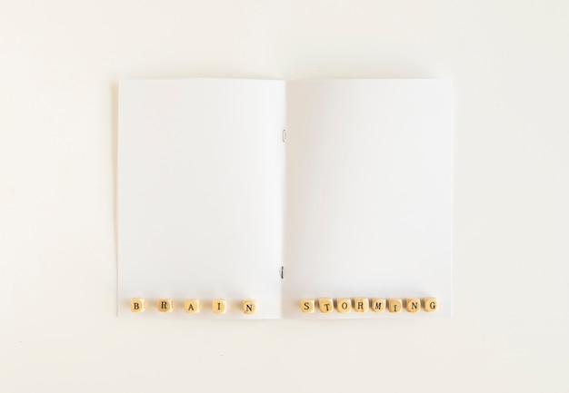 Vista alta ângulo, de, brainstorming, blocos, branco, cartão Foto gratuita