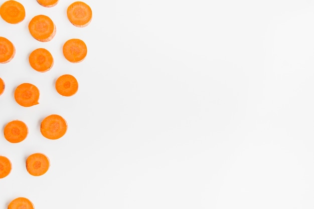 Vista alta ângulo, de, cenoura, fatias, ligado, branca, superfície Foto Premium