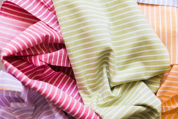 Vista alta ângulo, de, colorido, padrão listrado, têxtil Foto gratuita