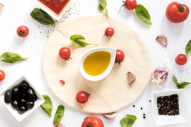 Vista alta ângulo, de, cru, pizza, ingrediente, branco, fundo Foto gratuita