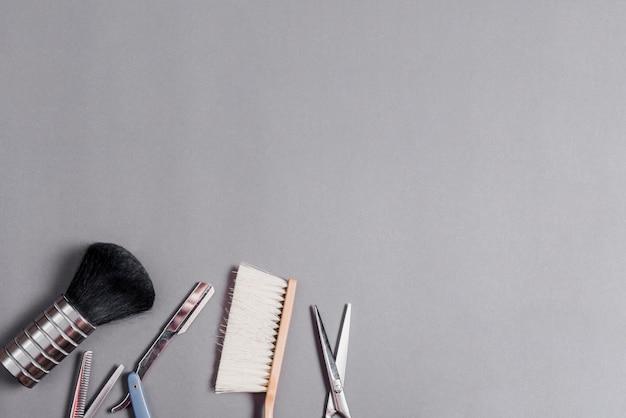 Vista alta ângulo, de, diferente, barbeiro, ferramentas, sobre, cinzento, fundo Foto gratuita