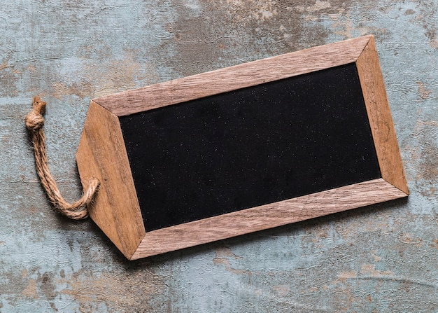 Vista alta ângulo, de, em branco, tag madeira, ligado, enferrujado, fundo Foto gratuita