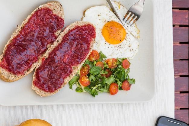 Vista alta ângulo, de, fresco, pequeno almoço saudável, ligado, bandeja Foto gratuita