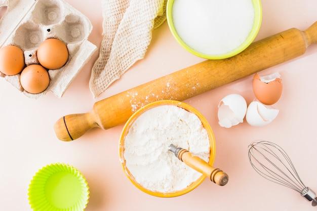 Vista alta ângulo, de, ingredientes, para, assando bolo Foto gratuita