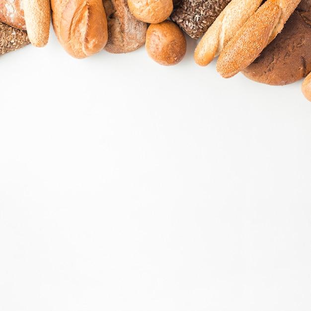 Vista alta ângulo, de, pães, auge, branco, fundo Foto gratuita