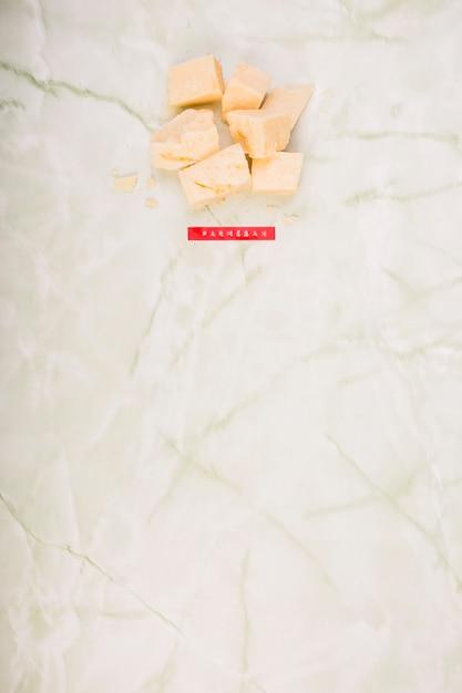 Vista alta ângulo, de, queijo parmesão, ligado, mármore Foto gratuita