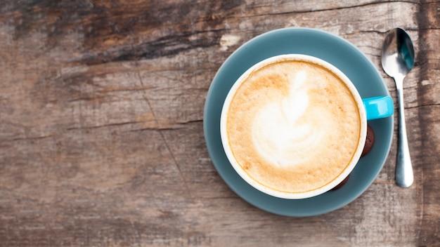 Vista alta ângulo, de, saboroso, café, com, espumoso, espuma, ligado, antigas, madeira, fundo Foto gratuita